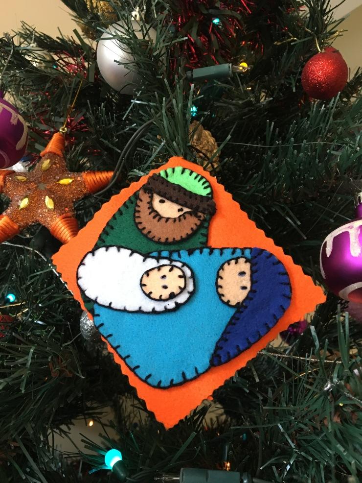 tarjeta navideña reciclada en el árbol